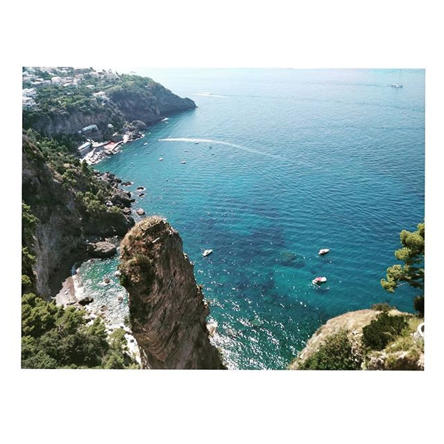 Italian scenes 🇮🇹 . . . . . #roomwithaview #amalficoast #holiday #clearwater #sea #seaview