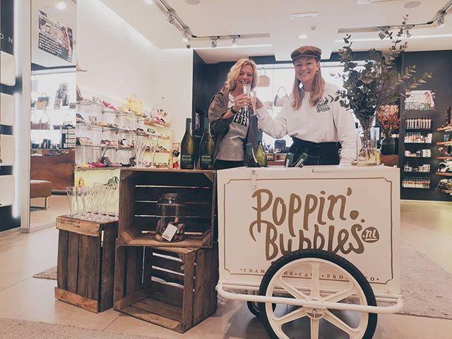 What's Poppin'🥂 #Breda! Vandaag zijn we aanwezig bij @vanarendonkschoenen in de binnenstad. Ben je in de buurt? Kom dan  langs voor een lekker glaasje #prosecco 🍾.