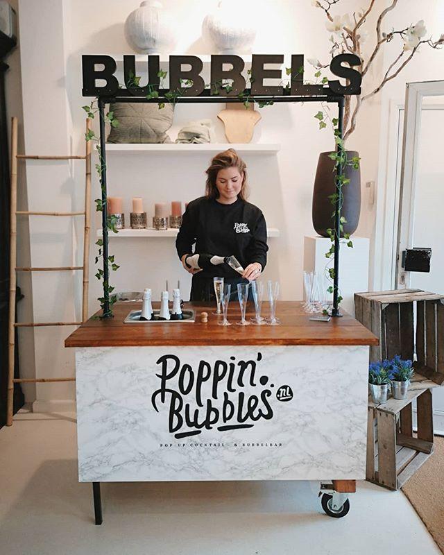 What's Poppin'🥂? Vandaag zijn we weer terug bij @gypset_ulvenhout. Kom lekker shoppen op deze rainy day en warm op met een glaasje bubbels. Tot zo! 🍾