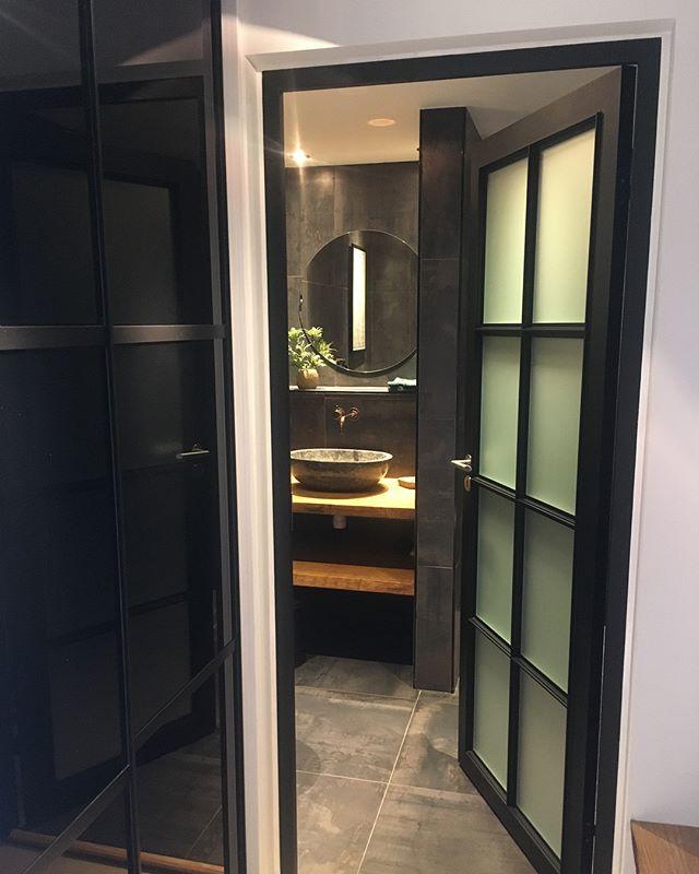 Opgrader dit badeværelse med en lækker dør fra NEWYOURKERVINDUER. Kontakt mig for et uforpligtende tilbud eller en snak. #inspiration #indretning #danishdesign #NEWYOURKERVINDUER