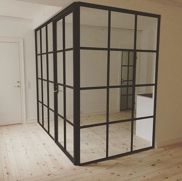 Skab et rum i rummet. Her blev et lille tekøkken skabt i et kontor miljø.