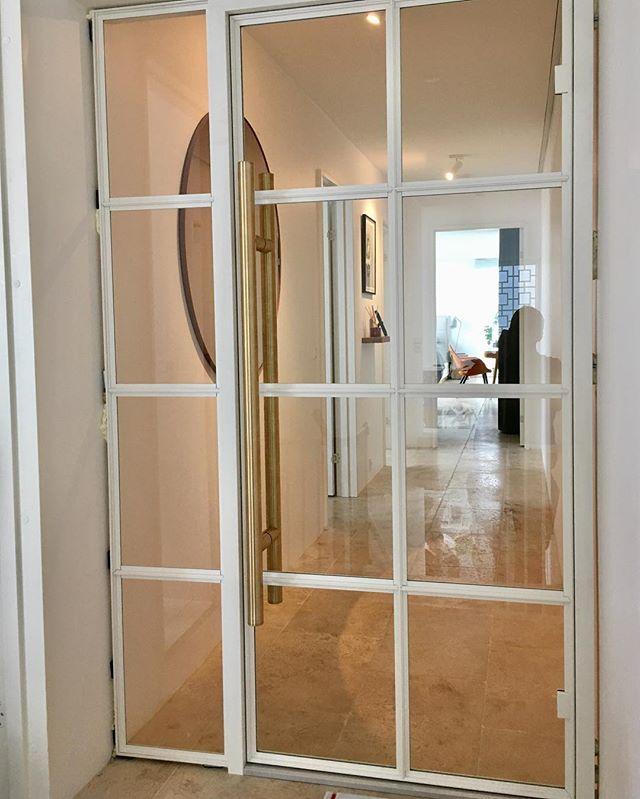 Eksklusiv dør udført i hvid aluminium med messinggreb #newyourkervinduer #conceptbyg