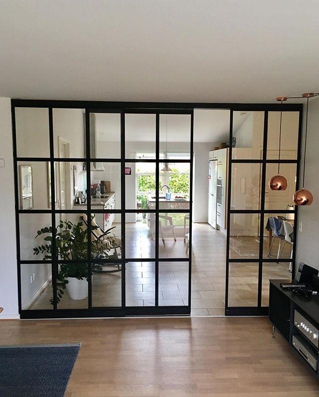 Opdel dit rum, uden tab af lys. 💡Her ses en smart løsning, hvor stue og køkken opdeles med en flot glasvæg med skydedør. #newyorkervinduer
