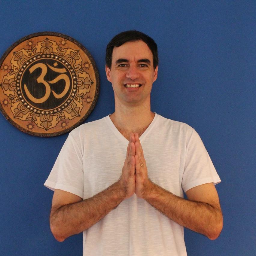 Carlos Viard Jr - Professor de Yoga e Meditação, fundador e coordenador do Instituto MAPADEVA, escritor, conferencista e morador de Niterói. Dedicou boa parte da juventude ao esporte. Como Profissional de Educação Física trabalhou como técnico de basquete por 18 anos, apaixonando-se pela arte de educar e a possibilidade de transformar a vida de seres humanos. Após algumas experiências na Índia e depois de cursar renomados cursos de formação em Yoga e meditação, dedica seu tempo e energia contribuindo para o despertar de uma humanidade mais amorosa, harmônica, saudável, feliz e sábia.