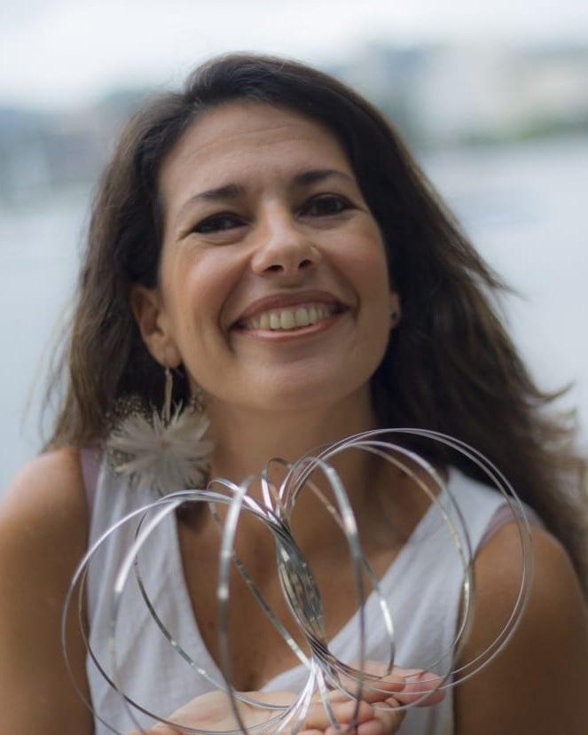 Helen Faria - Especialista em Pedagogia da Cooperação e em Conscientização do movimento e Jogos Corporais, é apaixonada por artes, criatividade, jogos corporais e pela potência do movimento e das grandes transformações que vem a partir dele. Idealizou os Jogos de Conexão, metodologia para que os grandes insights venham da potência do grupo, do lúdico e do corpo. Consultora em Qualidade de Vida para empresas, ministra cursos, workshops e palestras em diversos estados do Brasil atuando também como atriz, bailarina performática e arte terapeuta com programas de resiliência, mindfulness e de jogos.