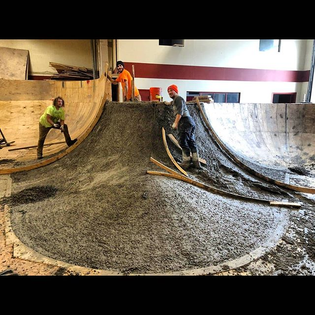Before and after process pictures of the concrete hip we poured @whartonstwarehouse last January. 📷 @nefariousgrimace #5thpocketskateparks #5thpocketdesign #philly #philadelphiaskateboarding  #designbuild #skateparkconstruction #skateparkdesign