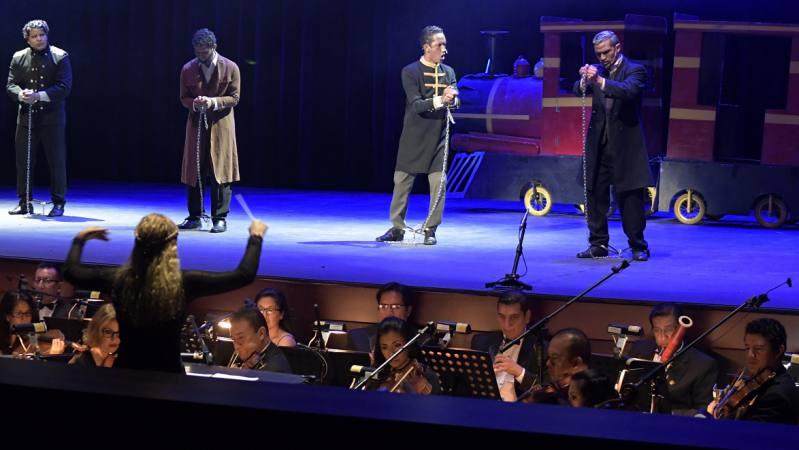 Eloy Alfaro Ópera , la creación del manabita Ángel Muentes Villafuerte, junto a la Orquesta Sinfónica de la ciudad dirigida por Andrea Vela. Foto Tomada del Diario Universo