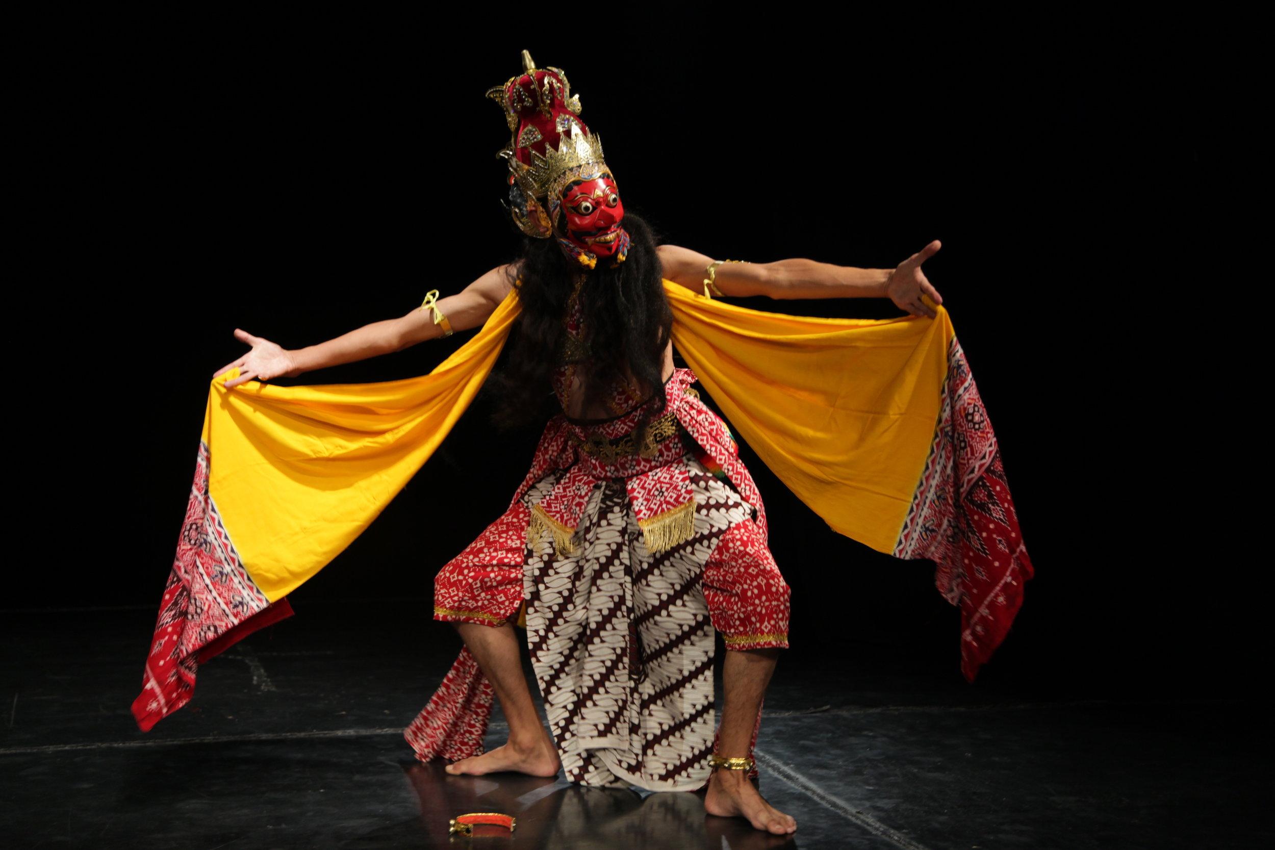 Danza Topeng de Indonesia.  Edgar Freire. Foto Silvia Echevarria El Apuntador