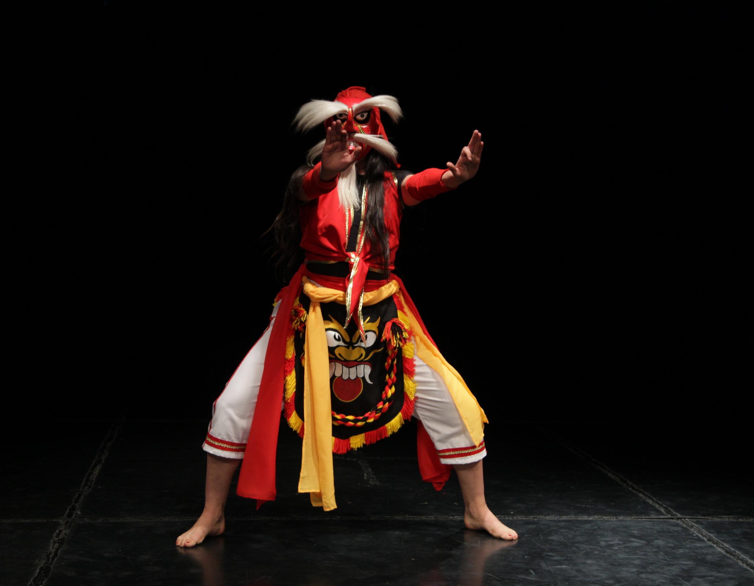 Danza Topeng de Indonesia . Edgar Freire. Foto Silvia Echevarria El Apuntador