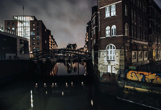 💡Did you know💡 Hamburg has 2500 bridges? That's more than Venice, Amsterdam, and Bruges combined! . . #hamburg #germany🇩🇪 #Germany tourism #hamburgbynight #nightview #nightshot #nightshooters #longexposure #reflections #streetshot #eurotrip #deutschland #cloudporn  #lifeofadventure  #exploreeverything #passionpassport #ilovetravel #travelnow  #letsgosomewhere #roamtheplanet #worlderlust #wonderful_places #visualoflife #tasteintravel #exploremore #travelstoke #passportable #instatravel #instapassport #germanytourism
