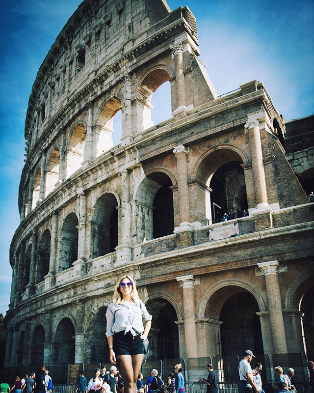 If you go to the Colosseum and don't pose in front of it, did you ever really go there? 😛🏛🇮🇹 • • #roma #colosseum #romanempire #italygram #italia #italyiloveyou #italian_places #girlswhotravel #lifeofadventure #letsgosomewhere #dametraveler #girlsvsglobe #darlingescapes #sheisnotlost #explorerbabes #justbackfrom #aroundtheworldpix #theglobewanderer #visualwanderlust