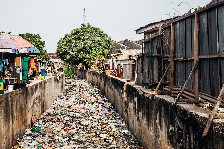 Garbage in canal in Lagos, Nigeria. Image credit: Peeter Viisimaa/Getty Images ©
