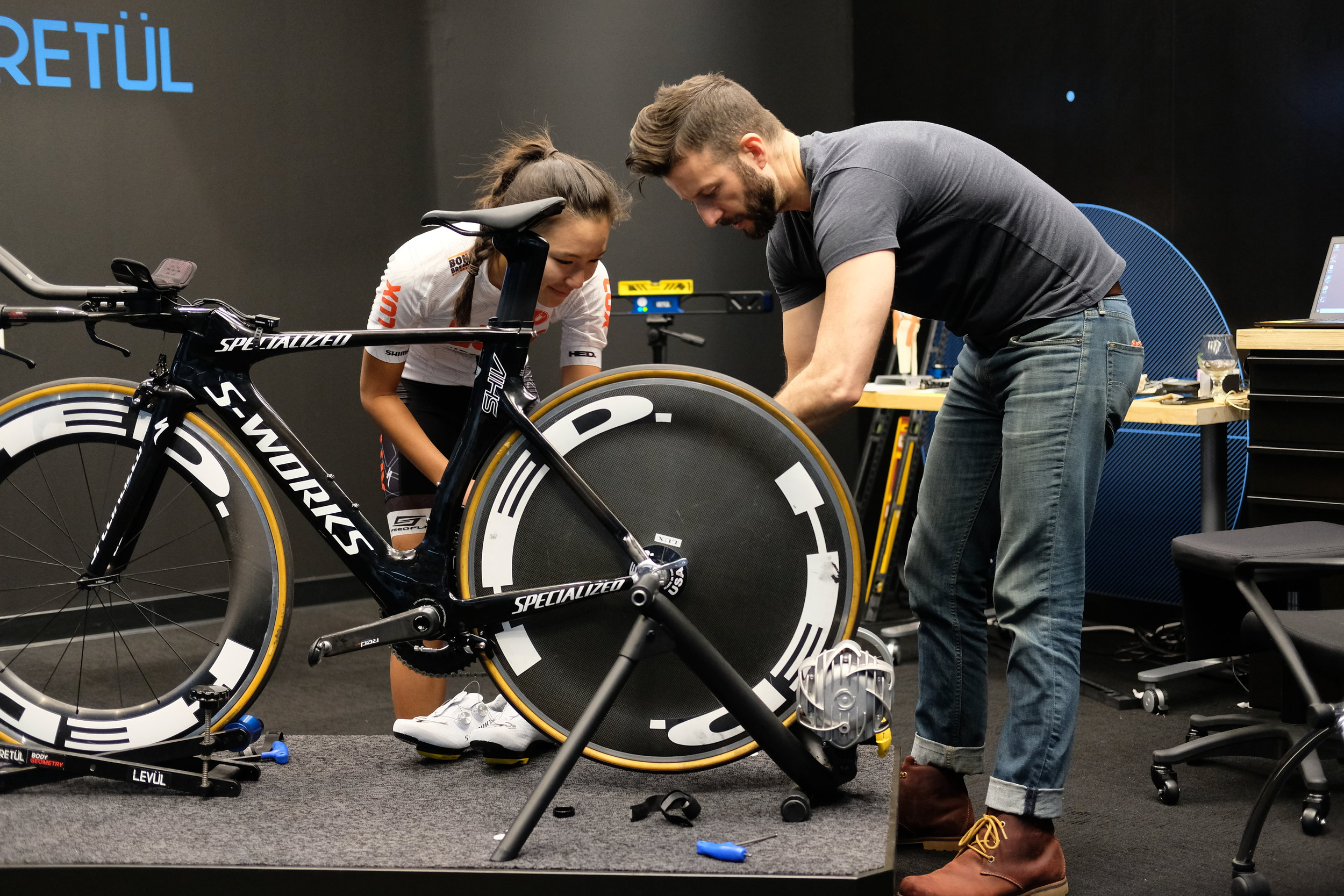 Retül Fit Specialist Aaron Post and Zoe Ta-Perez getting the bike properly set up.