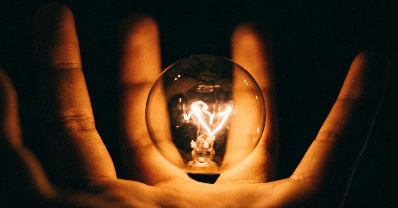 fragen-antworten-hand-glühbirne-licht