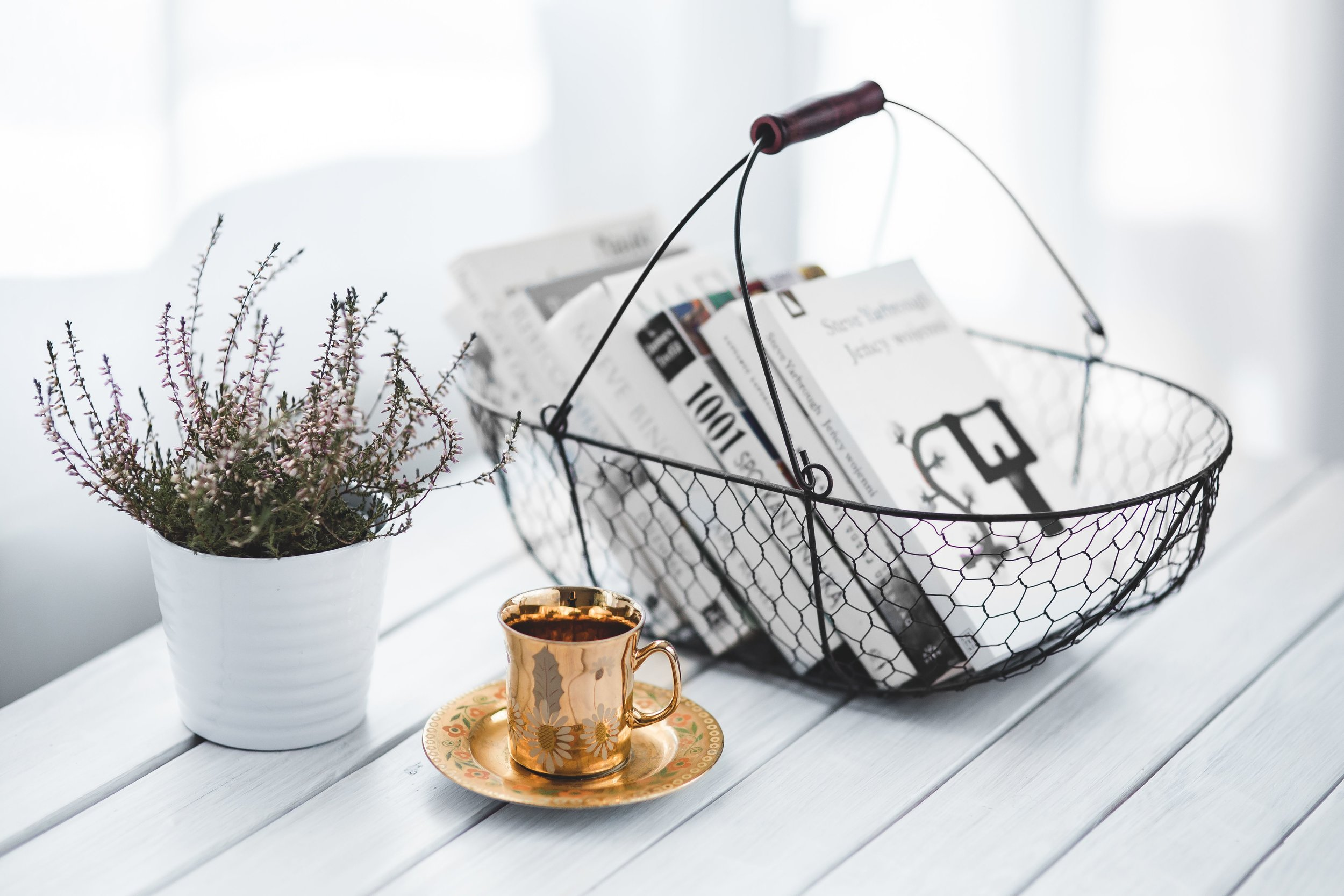 kaboompics_Book basket with a plant and coffee.jpg