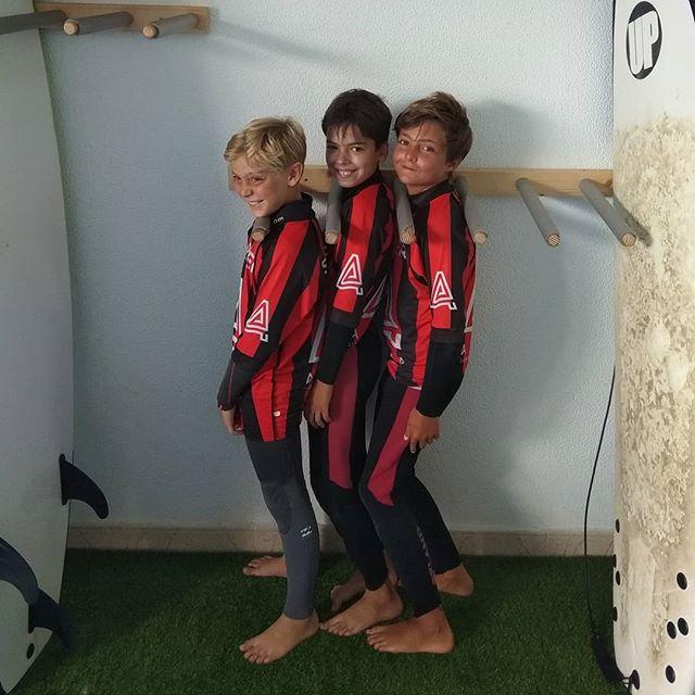 "Nuestros Surfers, simplemente ""Another Dimension"". 🙏🌊🏄🏼♂️💙💙💙🔝🔝🔝 Next Level en estos tres mosqueteros del Surfing en todos los sentidos. No hay mejores tablas que estás... Our Info: 🖨️ Website: www.aureasurf.com Contact: 856507490 Facebook: AUREA Surf Instagram: @aureasurf  #escueladesurfencadiz #cadizsurfschool #cadiz #oursurfers #andalusia #nextlevel #newboards #puresurfing #anotherdimension #magicalmoments #love #friends #family #nature #yoursurfschool #aurea #youngs #boys #redblack #goldenboys #goldenschool #art"