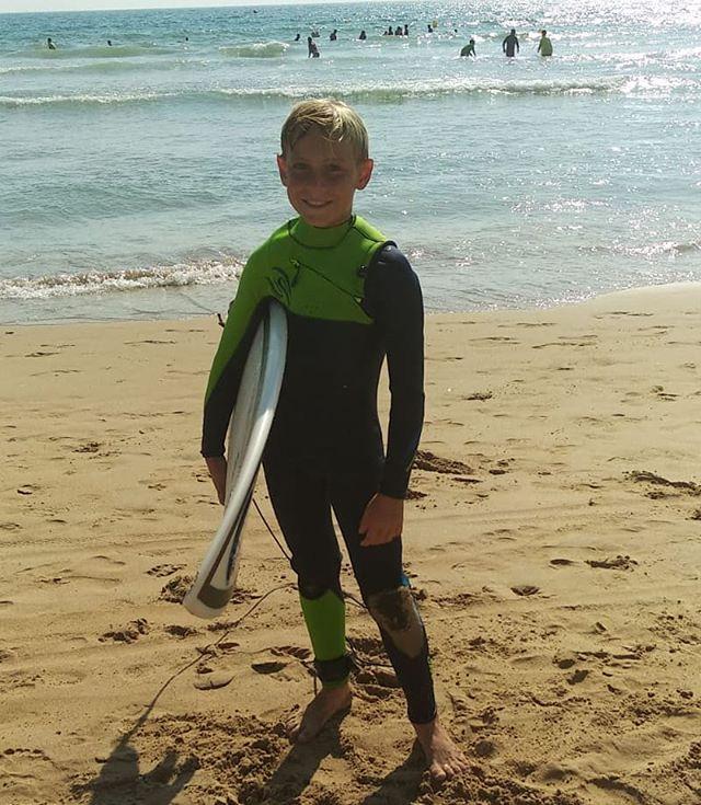 """@marcosdp7 acaba hoy mismo de estrenar su nuevo @selandwetsuits. Esta marca Española, hace unos trajes de surf precio calidad inmejorables. Desde un principio apostamos por ella y vaya si dimos en el clavo. Es un honor que nuestro """"Estandarte"""" @marcosdp7 lleve estos trajazos de surf y demuestre su talento y calidad junto a esta segunda piel acuática. En esta foto el modelo que lleva Marcos es el """"Noja Azul Lima Warm Plush 5/ 4/ 3 Milímetros Infantil"""". 🔝💪🔥 📷 @pilarplaro  Our Info: 🖨️ Website: www.aureasurf.com Contact: 856507490 Facebook: AUREA Surf Instagram: @aureasurf  #escueladesurfencadiz #cadizsurfschool #cadiz #andalusia #cadizfornia #aureasurfschool #surfing #waves #nextlevel #banner #anotherdimension #selandwetsuits #futuresurfingschool #love #spunky #family #powersurfing #nature #young #goldenboy #yoursurfschool #fun #wsl"""