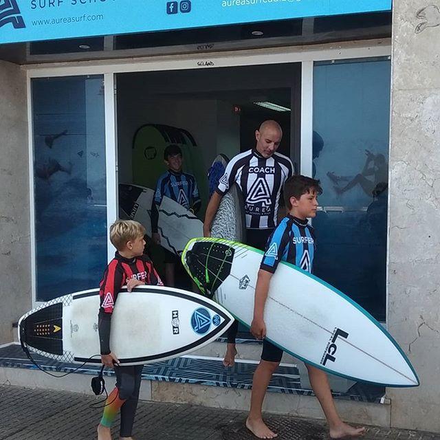 """Nuestros surfistas avanzados se han decidido hoy por las tablas de fibra ya que el tamaño de las olas ha subido considerablemente. No se duerman, tenemos un millón de millas por delante de """"Puro y Radical Surfing"""", todo lo que necesitamos son olas y constancia, sabemos que somos los suficientemente buenos. 💪🔥🤙 Our Info: 🖨️ Website: www.aureasurf.com Contact: 856507490 Facebook: AUREA Surf Instagram: @aureasurf  #escueladesurfencadiz #cadizsurfschool #cadiz #today #south #summer #fun #bigwaves #waves #surfing #futuresurfingschool #goldensurfers #coach #training #morning #energy #nature #yoursurfschool #nonstop #aurea #unforgettable"""