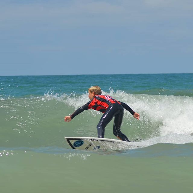 """@marcosdp7 demostrando hoy su evolución """"AUREA"""" trazando este perfecto """"Bottom Turn"""" con su nueva tabla @hrsurfboards disparado hacia el labio para fulminarlo en mil pedazos de espuma. 💪🔝🔝🔝💪 📷 @pilarplaro  Our Info: 🖨️ Website: www.aureasurf.com Contact: 856507490 Facebook: AUREA Surf Instagram: @aureasurf  #escueladesurfencadiz #cadizsurfschool #cadiz #andalusia #south #nature #summer #evolution #nextlevel #goldenboy #teamaureasurf #spunky #bottomturn #maneuvers #energy #advanced #progression #young #kid #yoursurfschool"""