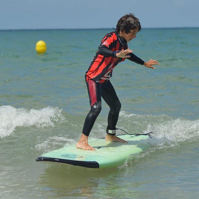 Tú primera ola, una sensación indescriptible, nunca la olvidarás... 😍♥️🔥 ¡¡Te esperamos!!. 🌊🏄🏼♂️⭐ 📷 @pilarplaro  Our Info: 🖨️ Website: www.aureasurf.com Contact: 856507490 Facebook: AUREA Surf Instagram: @aureasurf  #escueladesurfencadiz #cadizsurfschool #cadiz #south #summer #andalusia #fun #kid #love #happiness #surfer #surfing #waves #warmup #wsl #international #erasmus #nature #nextlevel #goldenschool #yoursurfschool #today #energy #powersurfing #strongsurfing