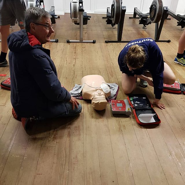 Big thanks to @scas_999 ambulance service for coming to teach our members the importance of CPR and how to use a defibrillator  #savealife #cprtraining #rowing #firstaid 🚑🚑🛶