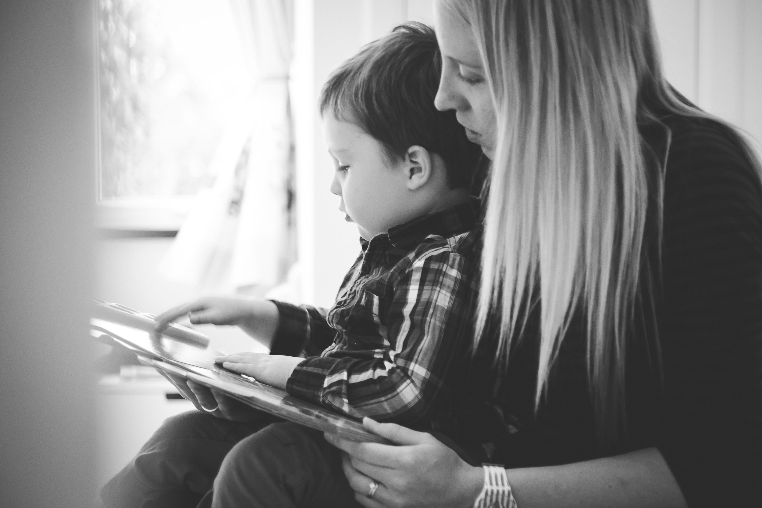 sally-hornung-photpgraphy-mother-son-reading.jpg