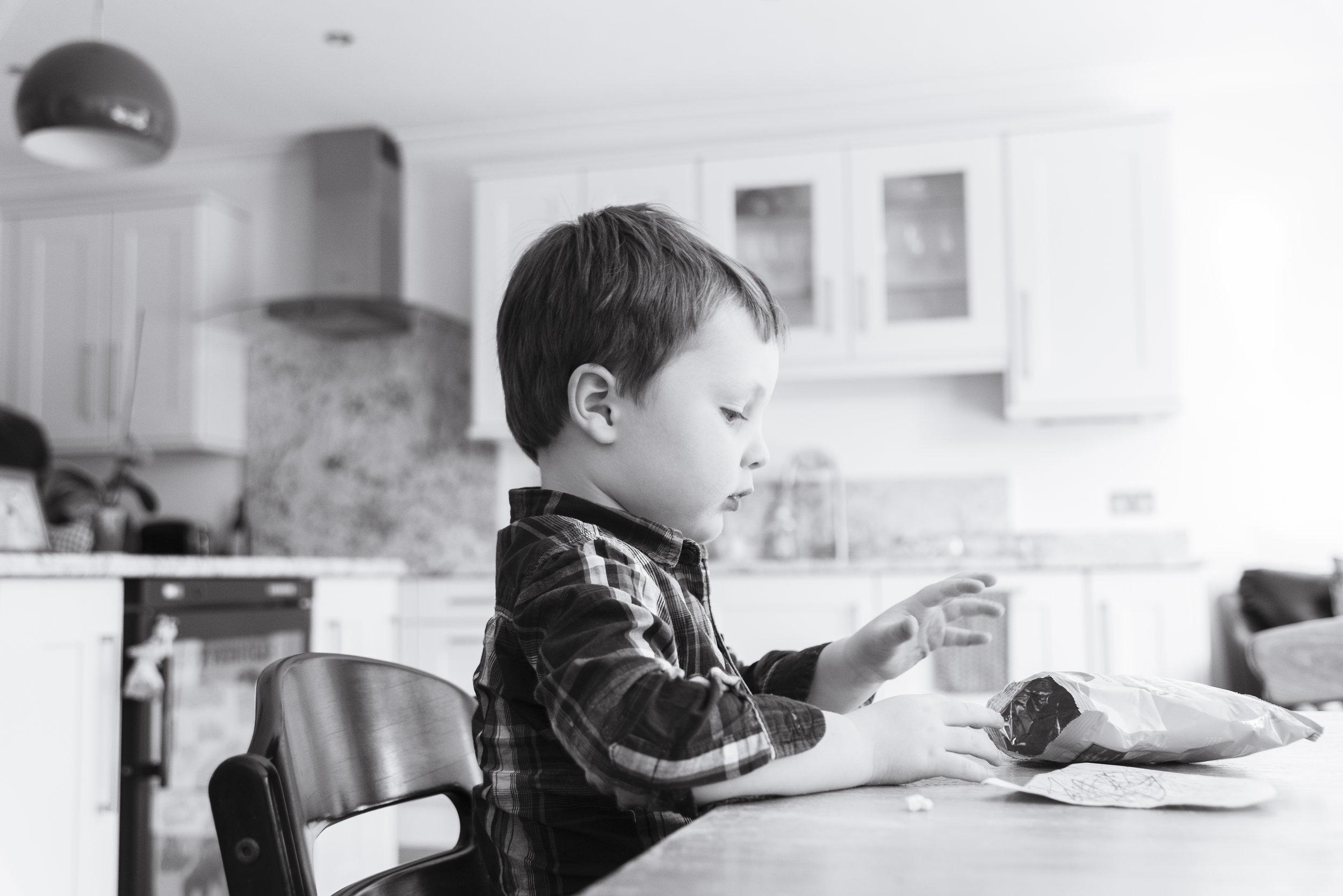 sally-hornung-photography-boy-crisps-1.jpg