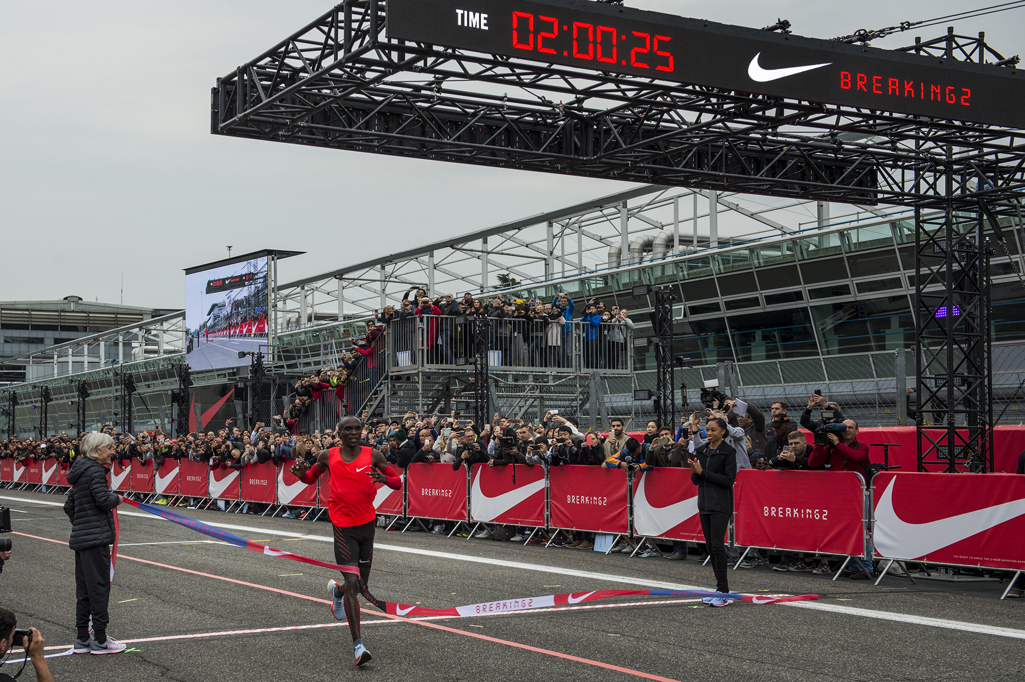 Eliud Kipchoge hitting the finish line at 2:00:25 – by  Andrea Schiliro