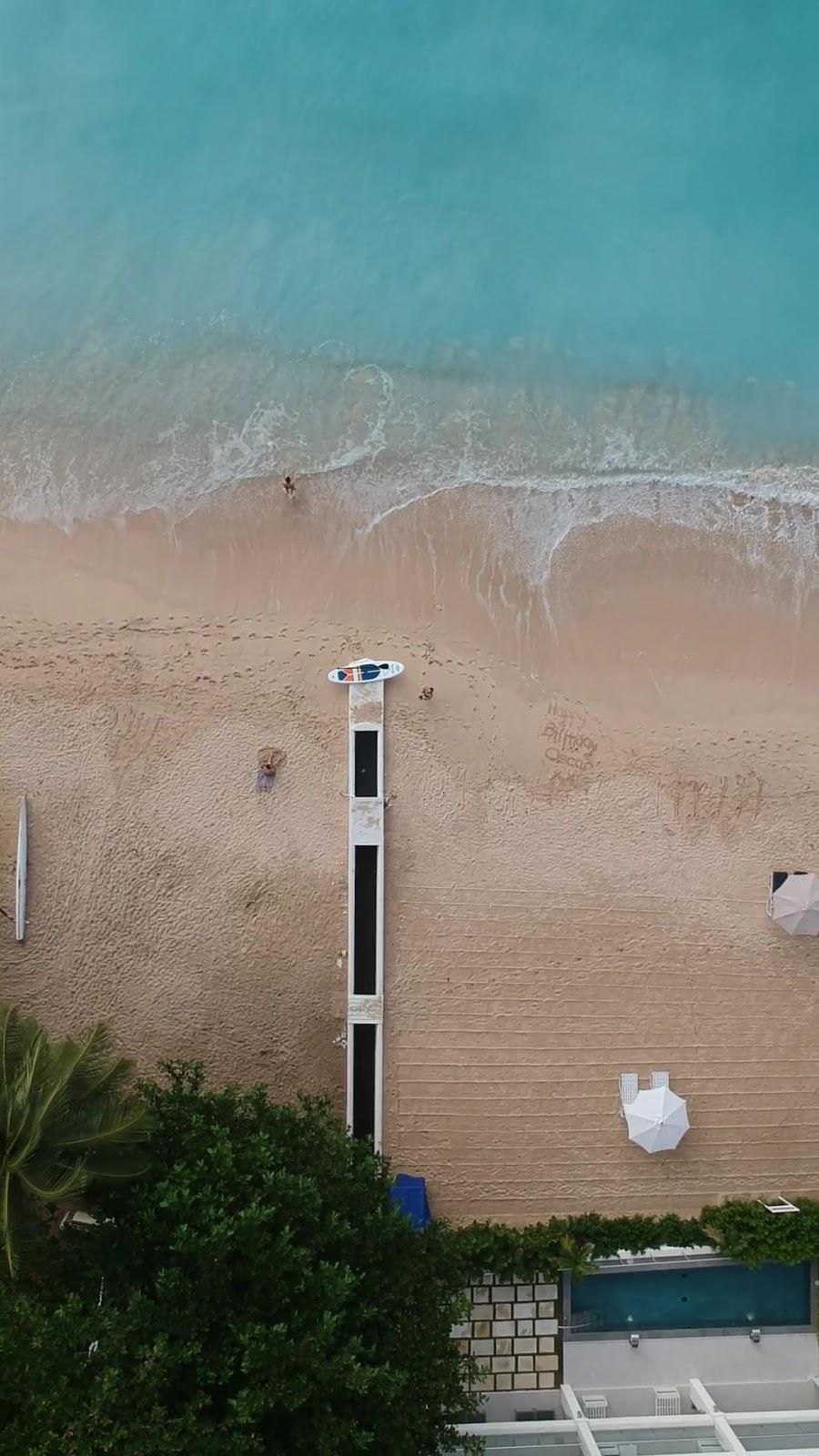 Barbados im Dezember - Nach dem Nationalfeiertag des Karibikstaates am 30. November kehrt auch hier Weihnachtsstimmung ein. Viele Kreisverkehre (auf Barbados herrscht, wie in den meisten ehemaligen britischen Kolonien, Linksverkehr) und Häuser sind mit entsprechenden Motiven und Lichterketten geschmückt. Nur wirkt das Ganze bei 25-30°C eher etwas surreal. Mit 70-80% Luftfeuchte fühlen sich diese Temperaturen auch zunächst sehr drückend an. 2018 kam ich mit beginnender Erkältung aus dem kalten Europa an. Normalerweise bekomme ich das nur mit häufigem Inhalieren und Nasenduschen überstanden. Durch die schön feuchte Luft und der großen Nasendusche namens Golf von Mexiko, war der auf die Halsschmerzen folgende Schnupfen aber kein Problem.Wenn es auf der Insel regnet, dann eher nur ein bis zwei Stunden und angezeigte Regentage in der Smartphone App enden meistens mit einem sonnigen Nachmittag am Strand. Neben zahlreichen zum Baden und Schnorcheln einladenden Stränden an der Ostküste, wo auch wir unser Haus direkt am Strand gemietet haben, bietet die Insel mit der eher schroffen Westküste eine gute Abwechslung zum Pauschaltourismus. An unseren ersten Tagen auf der Insel haben wir diese entsprechend mit der Drohne erkundet.