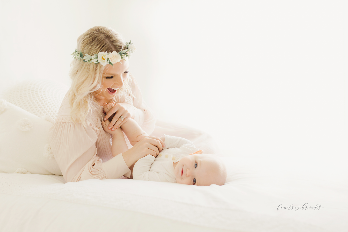 oklahoma-city-photographers-newborn-baby-motherhood-six-months-infant-child-family-photos-portraits-studio-simple-natural-light-7.png