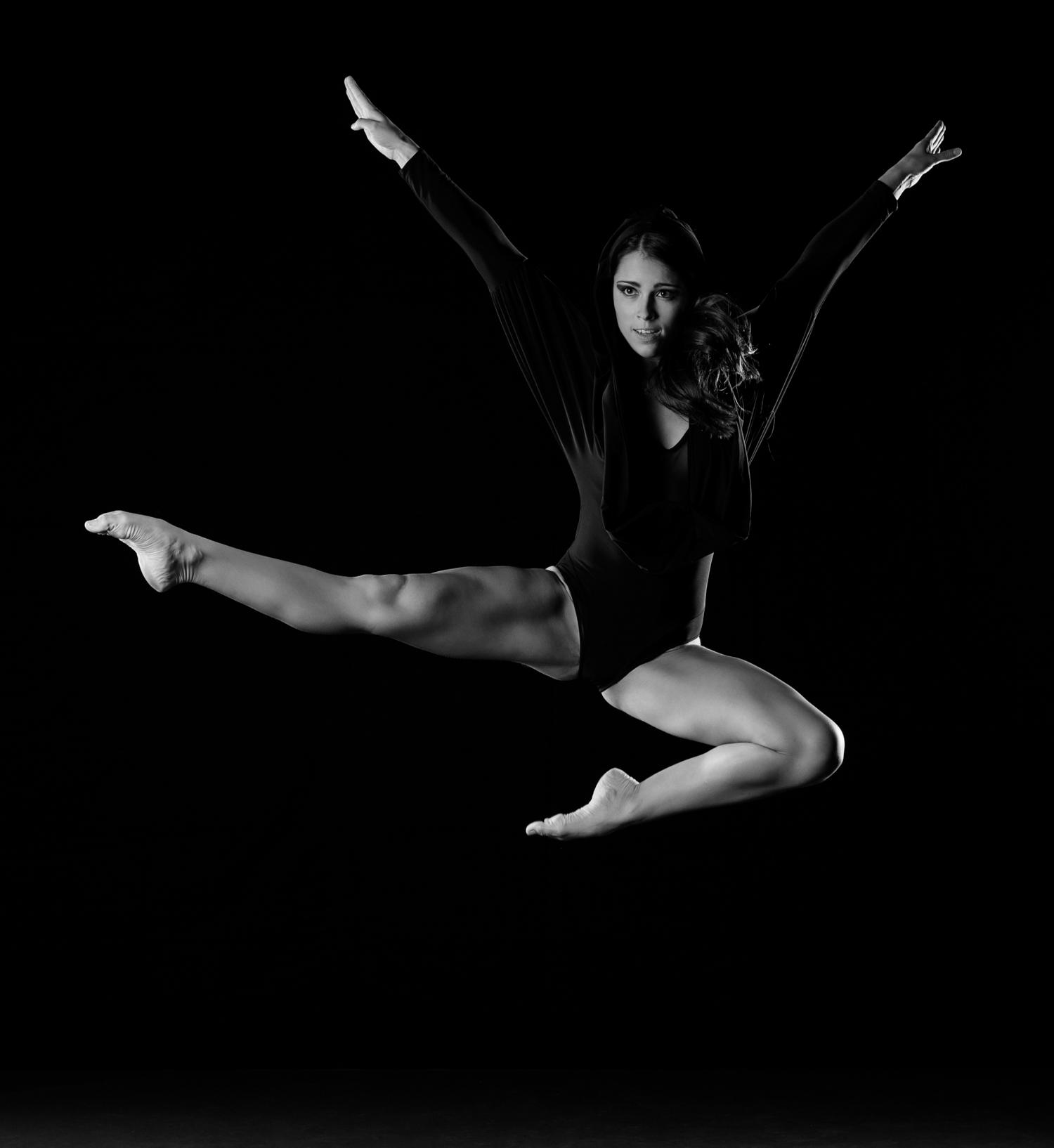 0588 Moving Dancers ZW_W.jpg