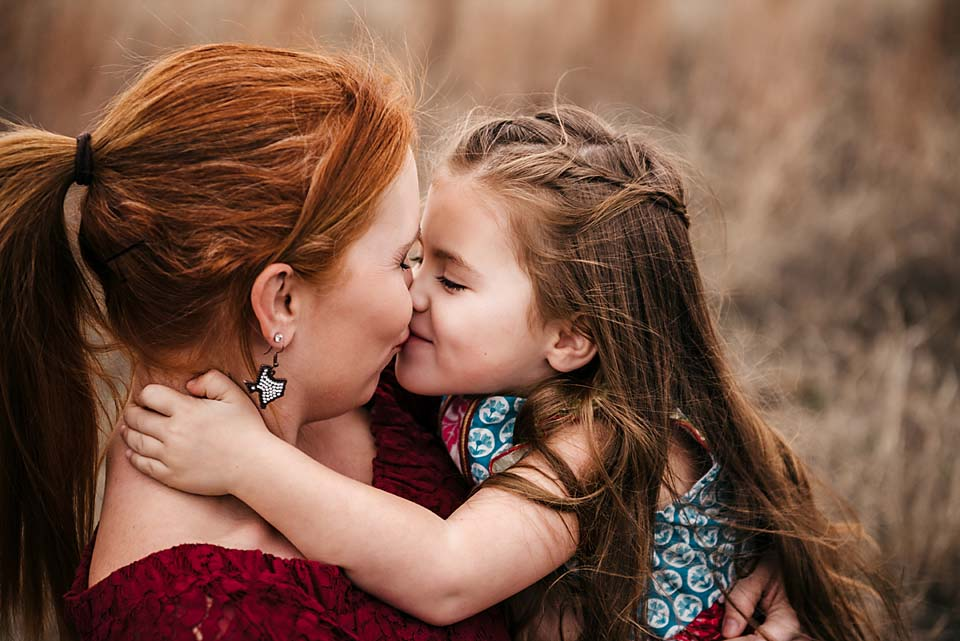 Fort Worth photographer Jeennie Elissa snaps a shot of a little girl as she gives her mom a sweet kiss!