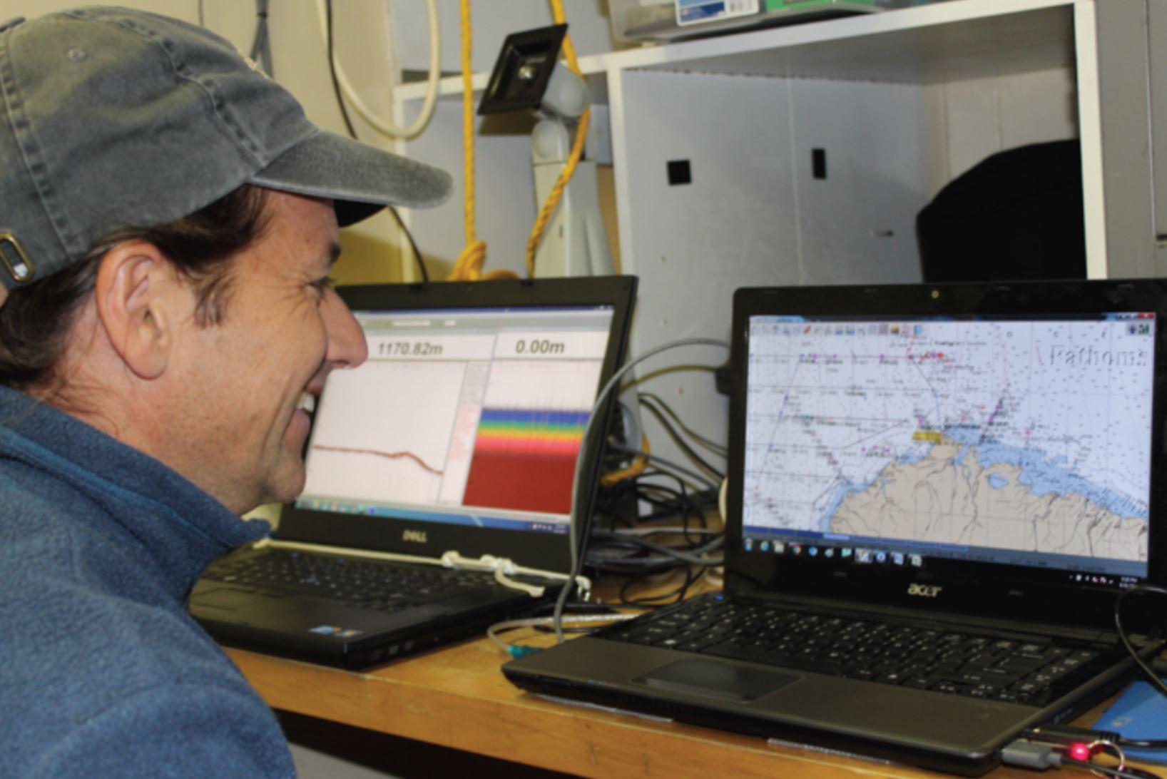 Alex De Robertis explaining the mechanisms of the echogram and an interactive map.Photo credit: Alicia Flores