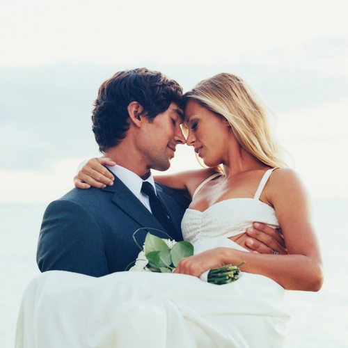 IMAGE OF BRIDE AND GROOM ON THEIR WEDDING DAY FOR THE ARTICLE HOW MUCH DOES A WEDDING COST