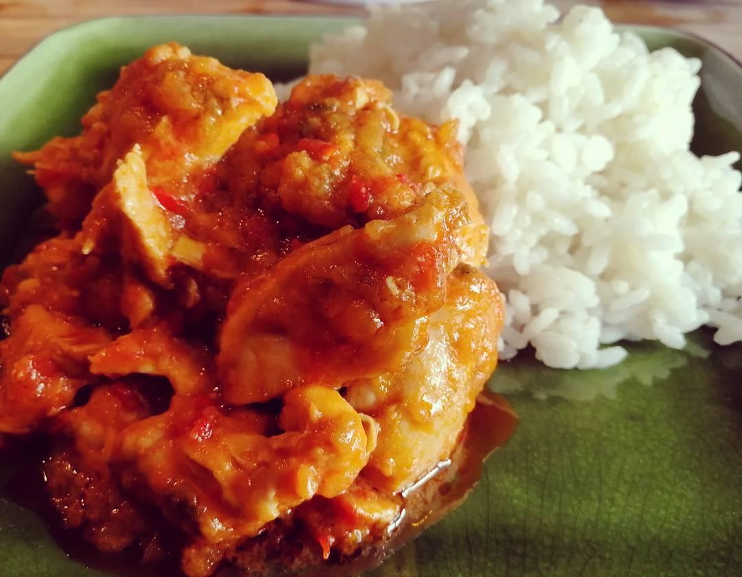 Pollo al chilindrón con arroz blanco