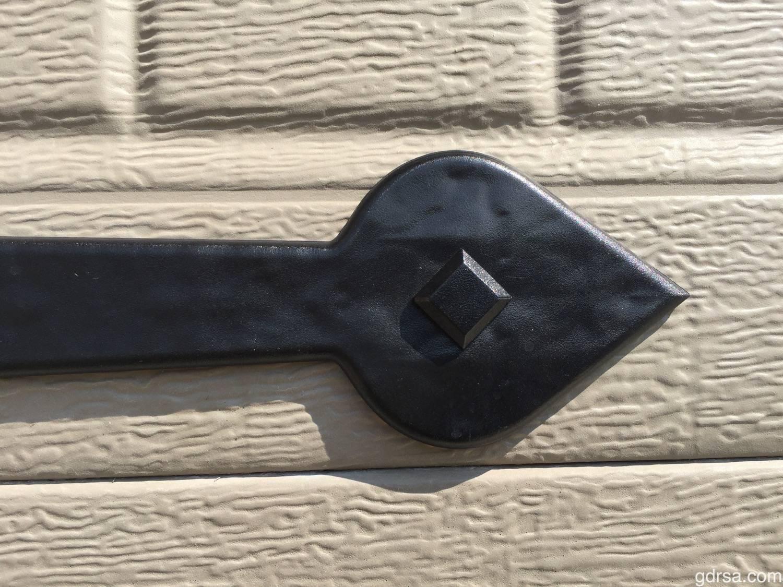 "Maple Creek Magnetic 18"" Hinge - Close-up shot of hinge"