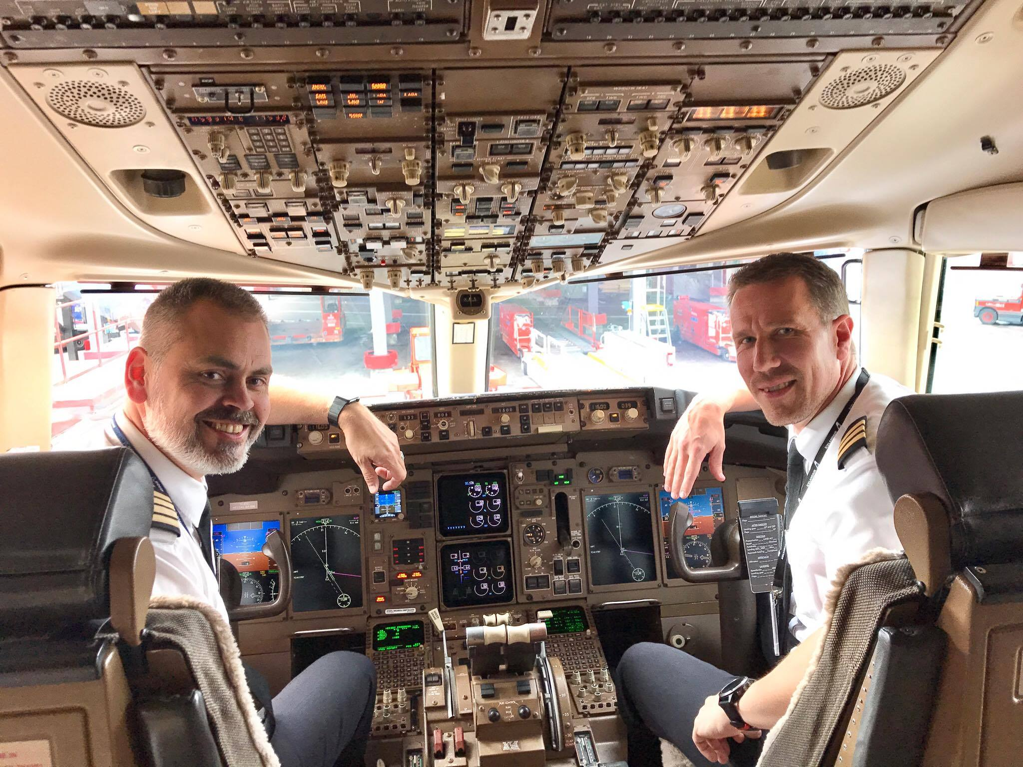 Matthías Arngrímsson og Matthías Sveinbjörnsson eru Geirfuglar í húð og hár og hafa um árabil starfað hjá Icelandair. Þá hafa þeir báðir lært og kennt hjá Geirfugli. Hér eru þeir nýlentir í Stokkhólmi á Boeing 757.