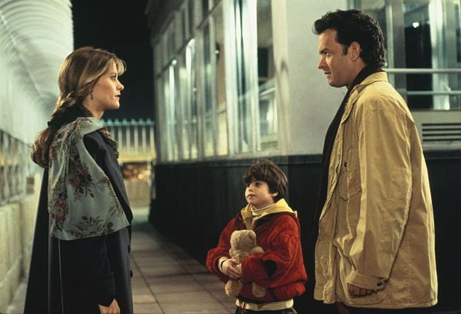 Sam Baldwin and his son Jonah meet Annie at the top of the Empire State Building.