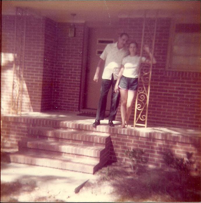 1977 08 23 Raquel & su papa Georgia.jpg