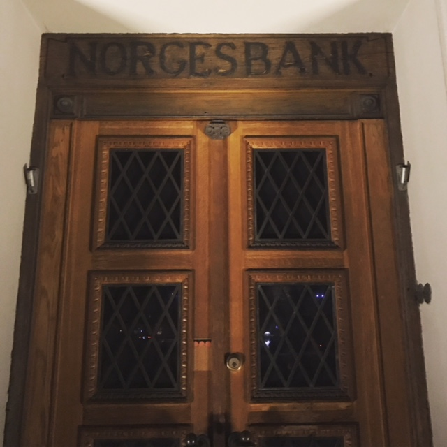 Old Norges Bank (in doorway of the modern Sparebanken building)