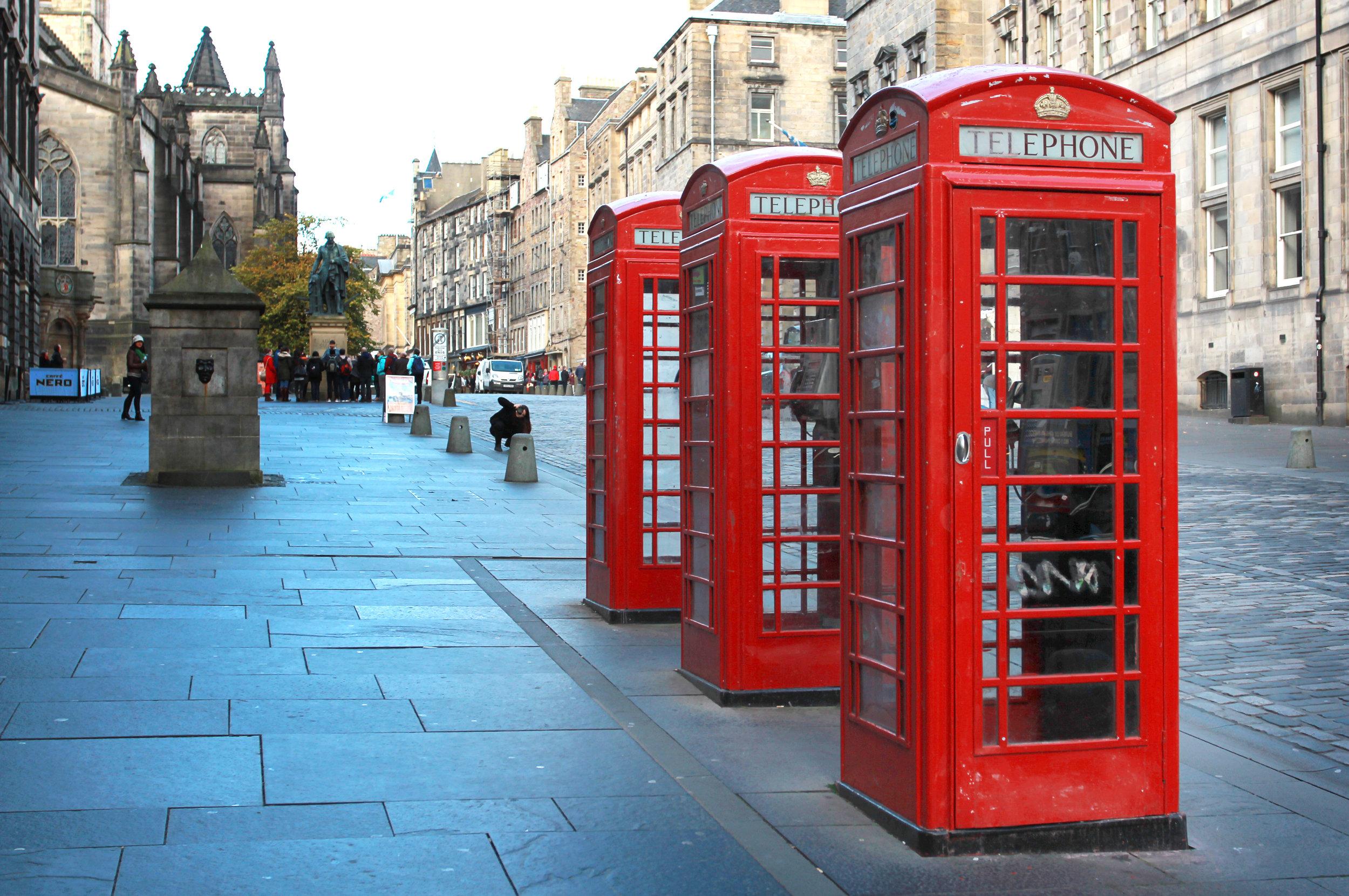 skottland_edinburgh_bigstock-Three-red-booths-on-a-row-in-t-55375646.jpg