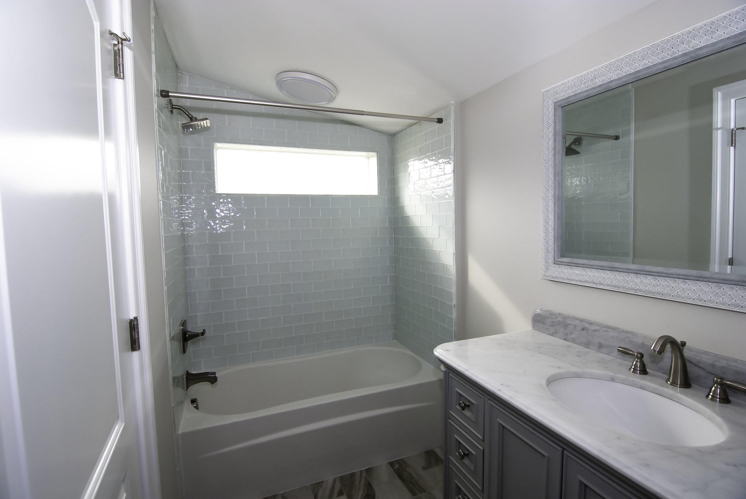 riverhouse upstairs bathroom 2.jpg