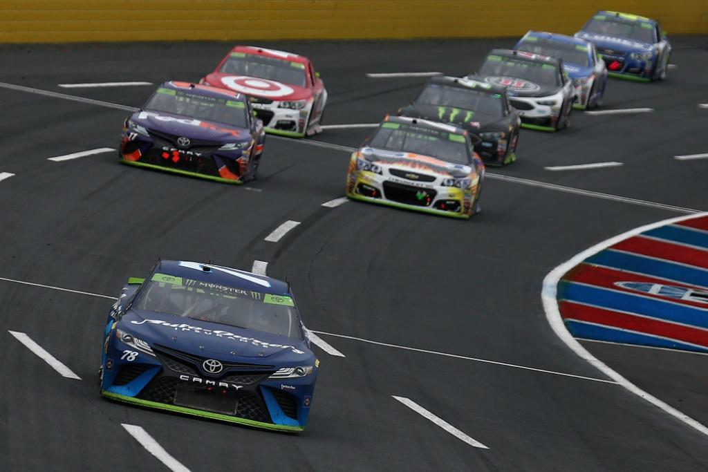 Martin Truex Jr. al frente de la carrera de NASCAR en Charlotte