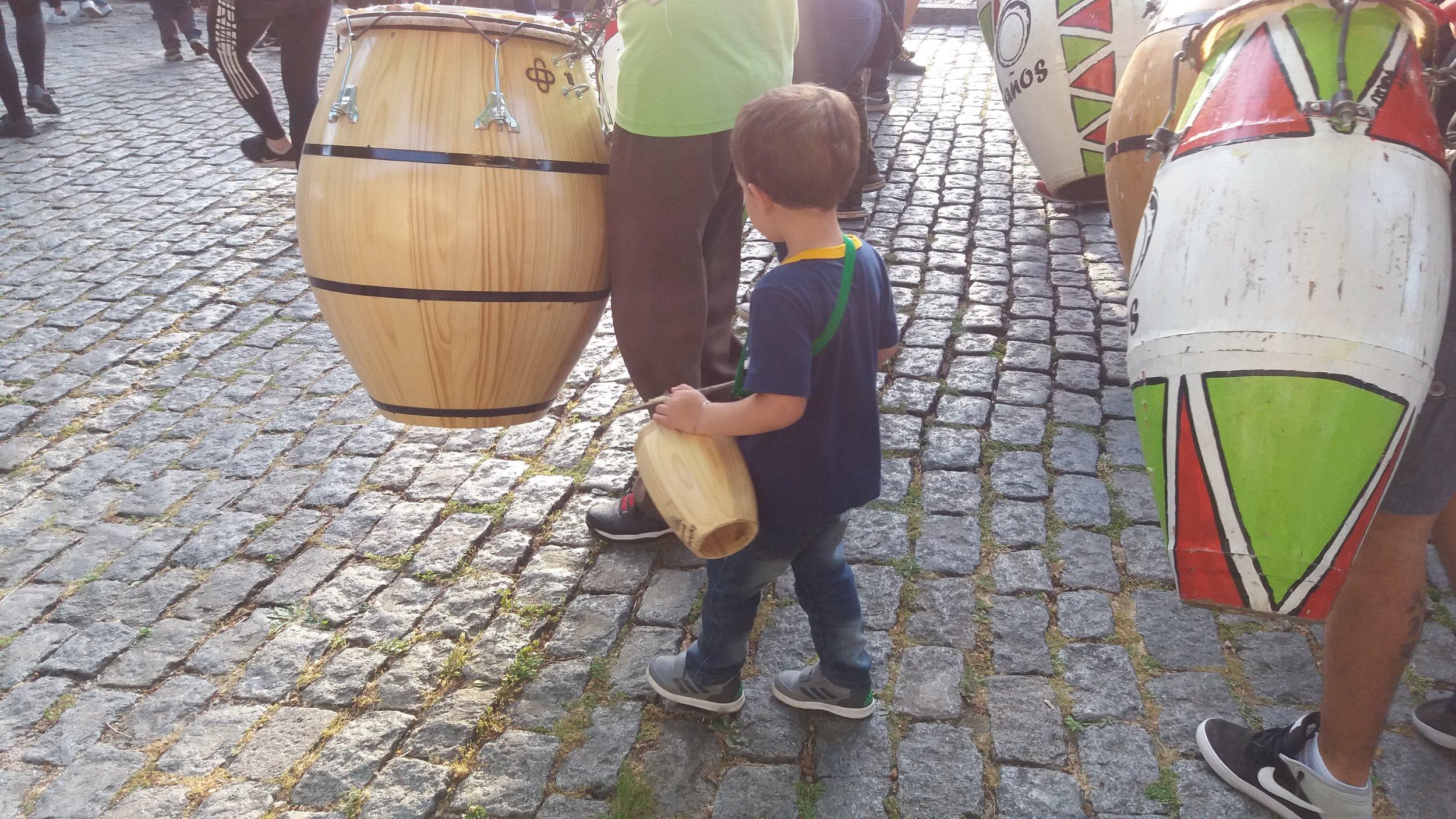 Este pequeño iba acompañando a su padre en las percusiones y su madre en el baile.