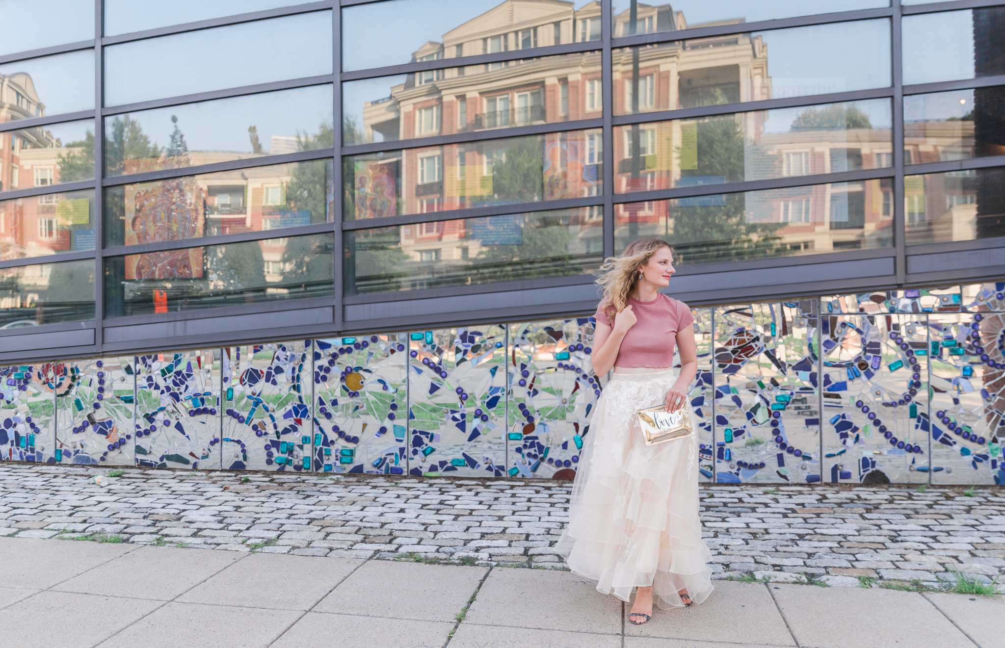 A pretty shot from a recent Sex and the City inspired styled shoot in downtown Baltimore! I lettered the clutch.  Planning & Photography  @ctundophotography ⠀ HMUA  @serenarosestyles  ⠀ Calligraphy  @ecletters  ⠀ Model  @alexandrakentphotography  ⠀ Venue  @the_avam  ⠀ Accessories  @clothesmentorcolumbiamd