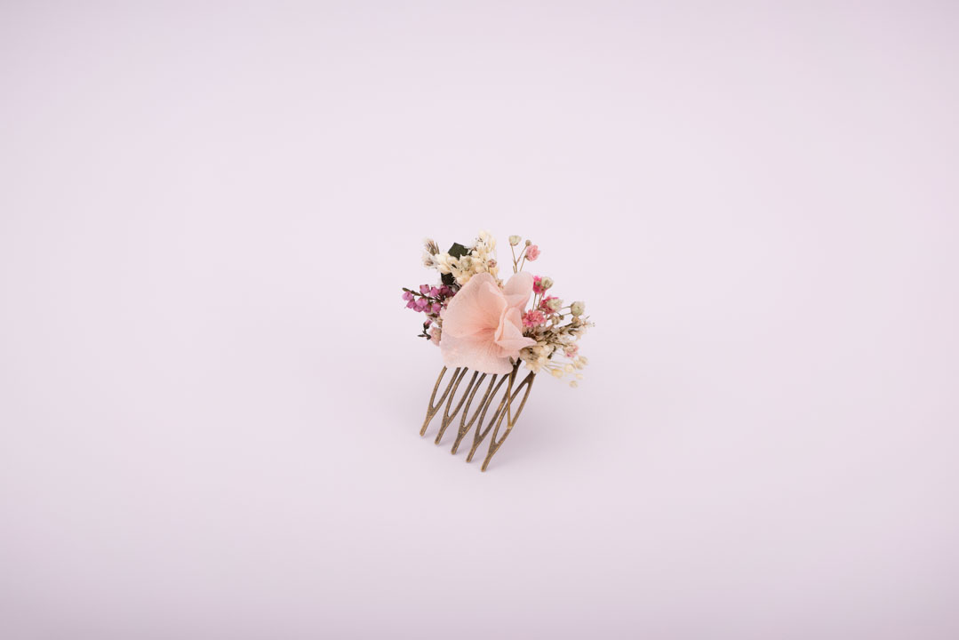 Adorned with delicate preserved flowers in pink shades, the Jeanne comb will add a hint of elegance to any hairstyle. It is the ideal accessory for bridesmaids. Preserved flowers (baby breath, tatarica, eucalyptus, heather and hydrangeas)