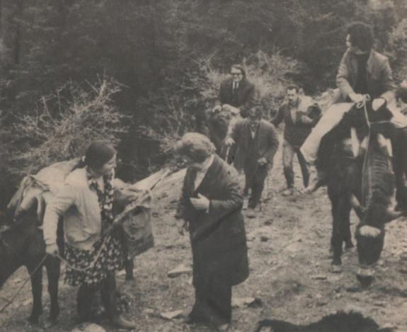 Θεατρικό μπουλούκι ανεβαίνει τα κακοτράχαλα βουνά με τον εξοπλισμό του πάνω στα μουλάρια για να παίξει στο καφενείο του χωριού.