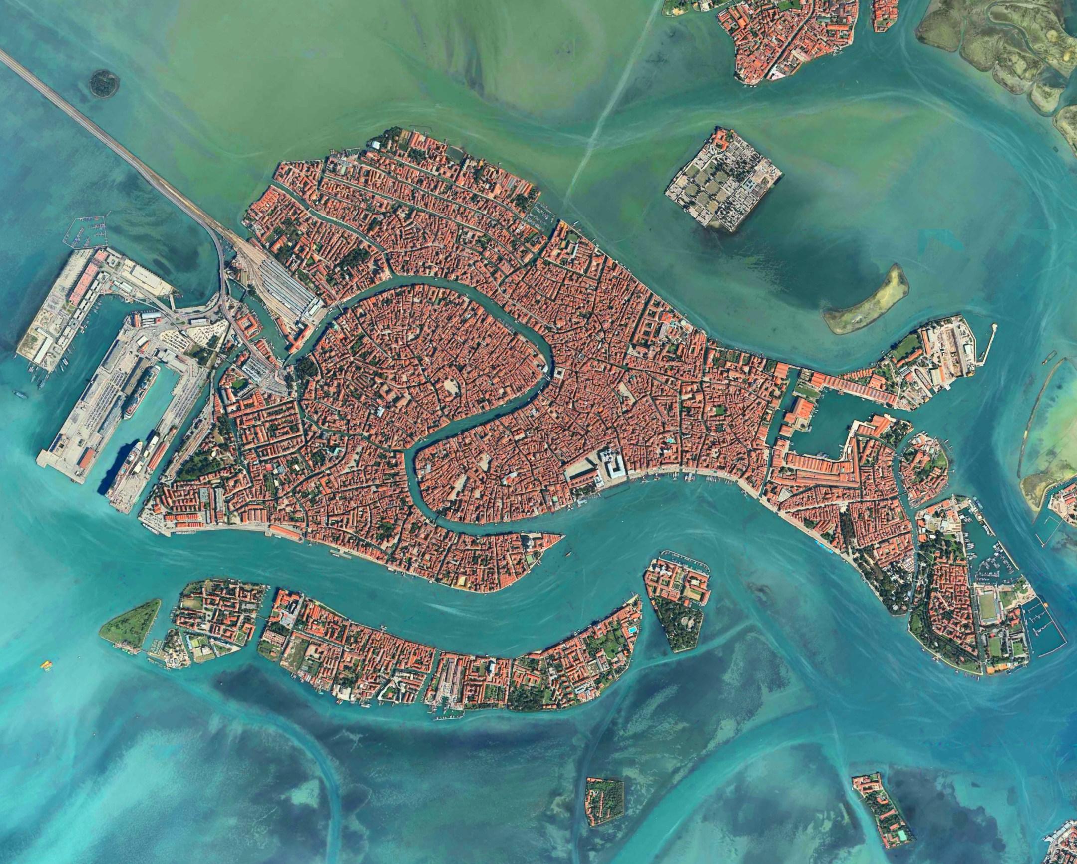 There are 6 boroughs in the city of Venice:Cannaregio,Castello, Dorsoduro, San Marco, San Polo, Santa Croce.