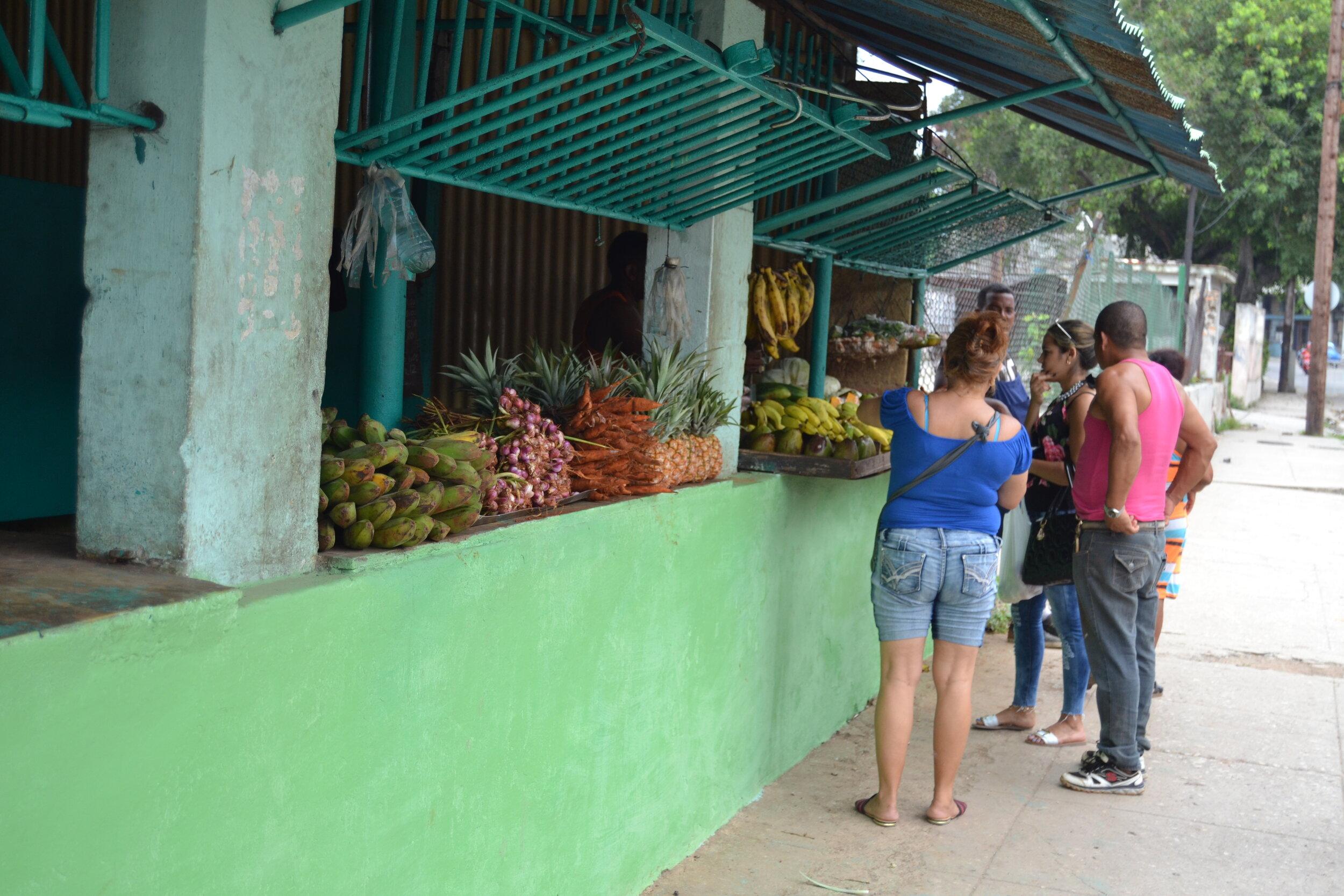 58 Diasporatt...Foto DAYANS LINEA La Habana Cuba(6 de julio 2018) Punto de venta Frutas y vegetales.JPG