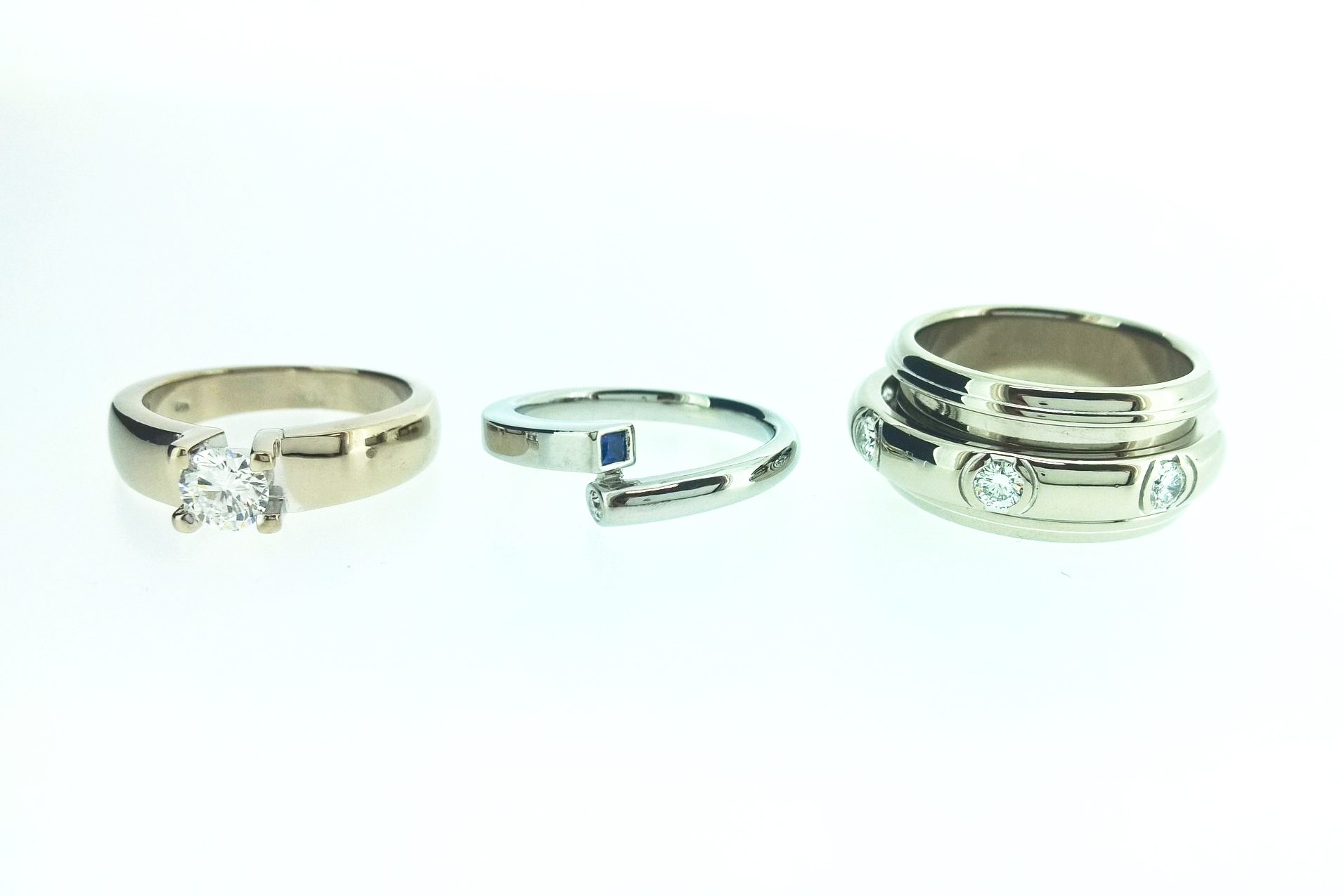 Afbeelding 2  Linker ring 18kt witgoud, midden ring Argen 19kt witgoud, rechter ring 18kt palladium witgoud.